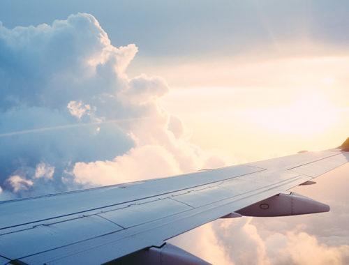 Asa de um avião voando no céu.