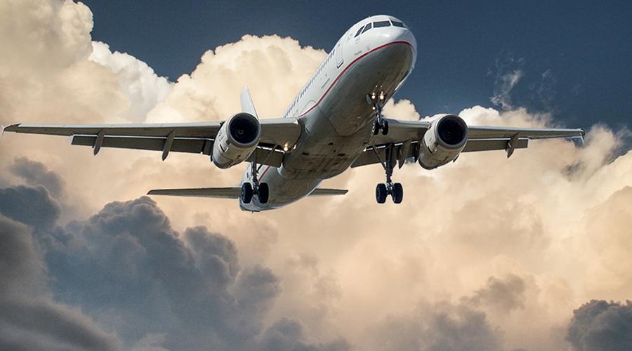 Avião voando no céu.