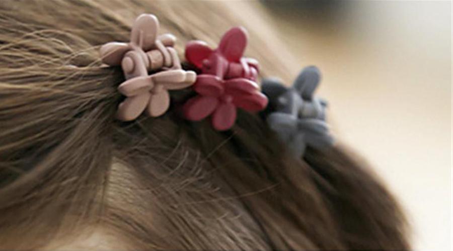 Presilhas no cabelo de uma criança.
