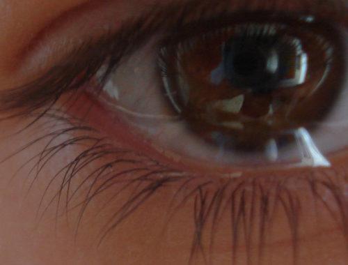 Olho real cheio de água.