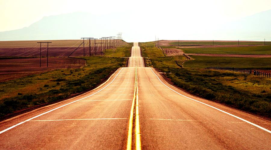 Imagem de uma estrada sem fim.