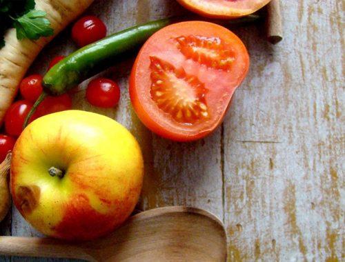 Frutas em cima da mesa;