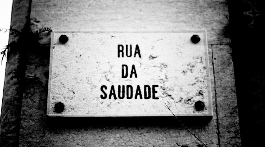 """Placa com a inscrição """"Rua da Saudade""""."""