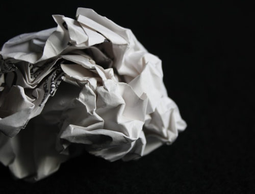 Folha de papel amassado.