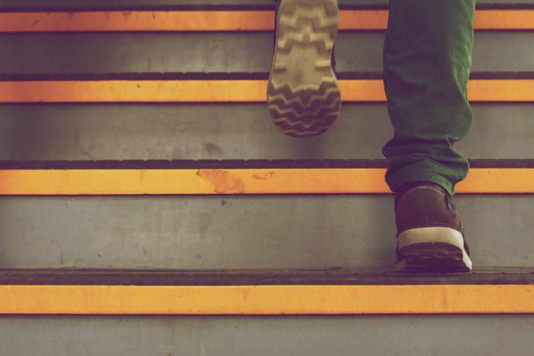 Pés subindo escadas.