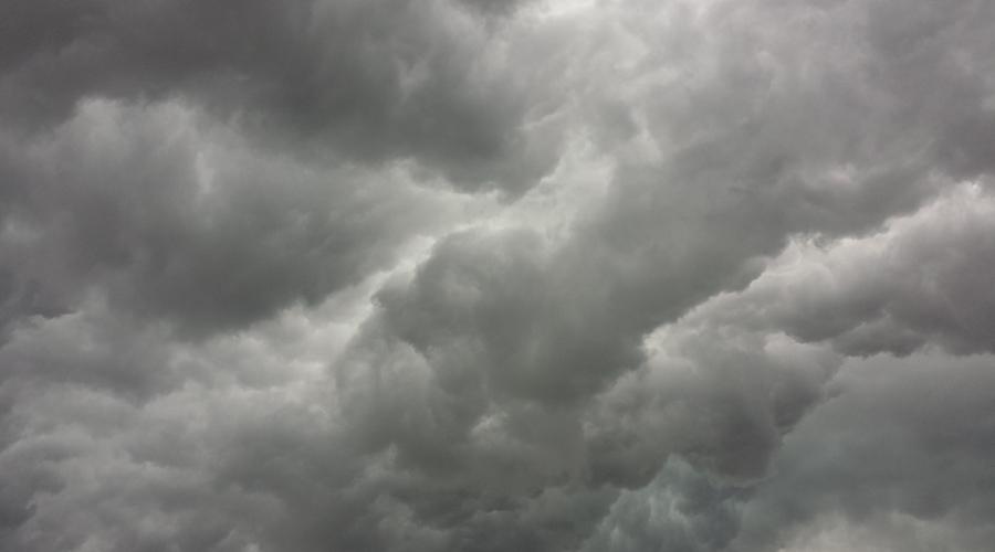 Céu com nuvens cinzas.